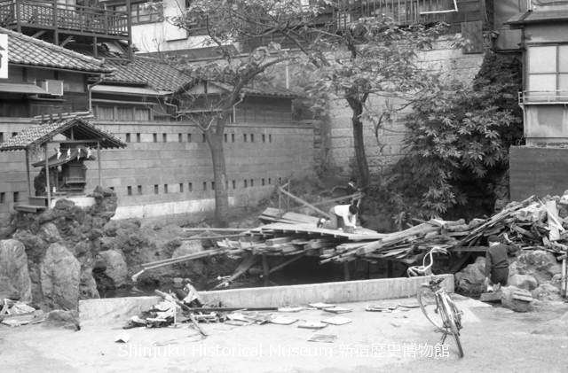 新宿歴史博物館 データベース 写真で見る新宿 | 策の池で遊ぶ子ども | 7170