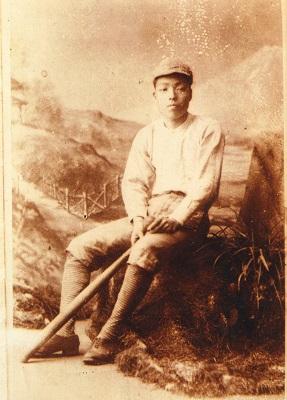 野球のユニフォーム姿の子規(明治23年、松山市立子規記念博物館)