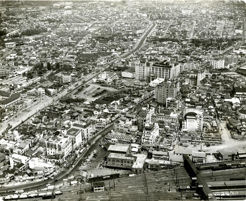 昭和27・28年頃の新宿駅東口から新宿三丁目方向を望む