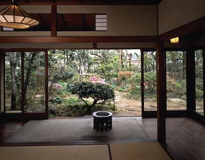 茶の間から庭を見る